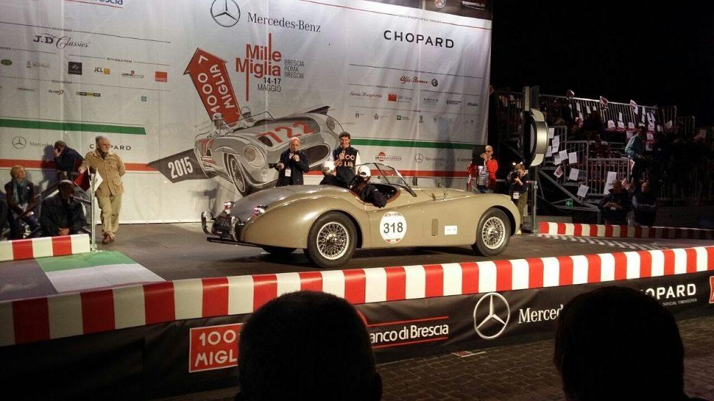 auto d'epoca sul palco della mille miglia